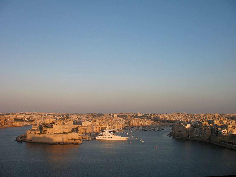 Вид на Большую гавань с верхних садов Баракка города Валетты / Фото с Мальты