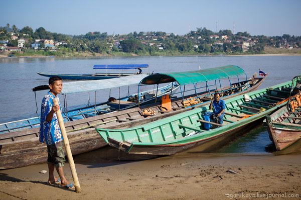 Лодки на реке Меконг / Фото из Лаоса