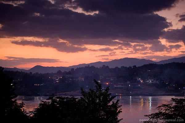 Вид в сторону Таиланда из Лаоса на закате / Фото из Лаоса
