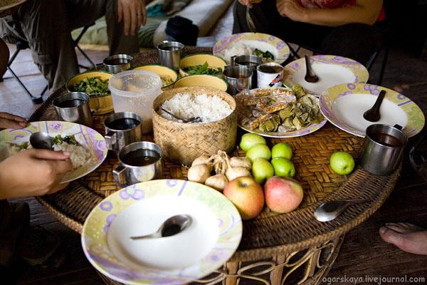 Ужин в доме на дереве / Фото из Лаоса