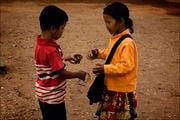 спекулирует сувениркой / Камбоджа