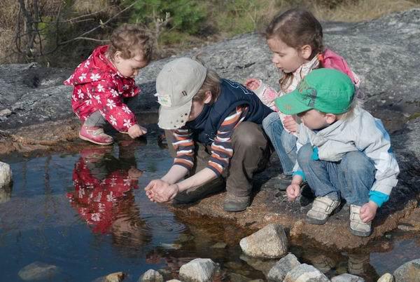 Дети у озера в Норвегии / Фото из Норвегии