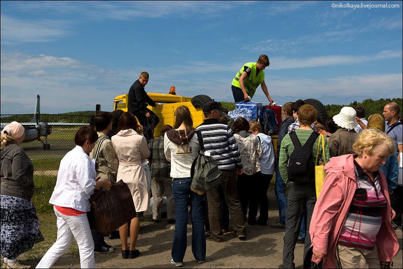 Выгрузка багажа в аэропорту на Большом Соловецком острове / Фото из России