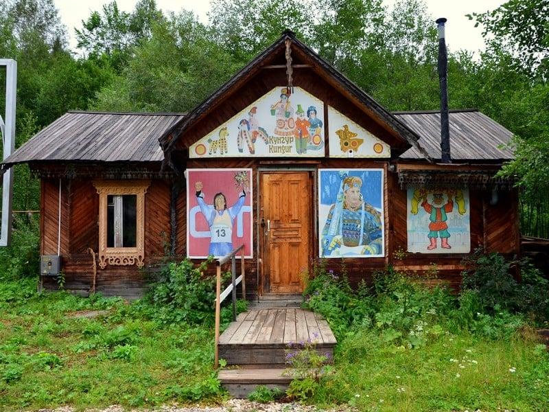 Дома в Этнографическом парке реки Чусовой / Фото из России