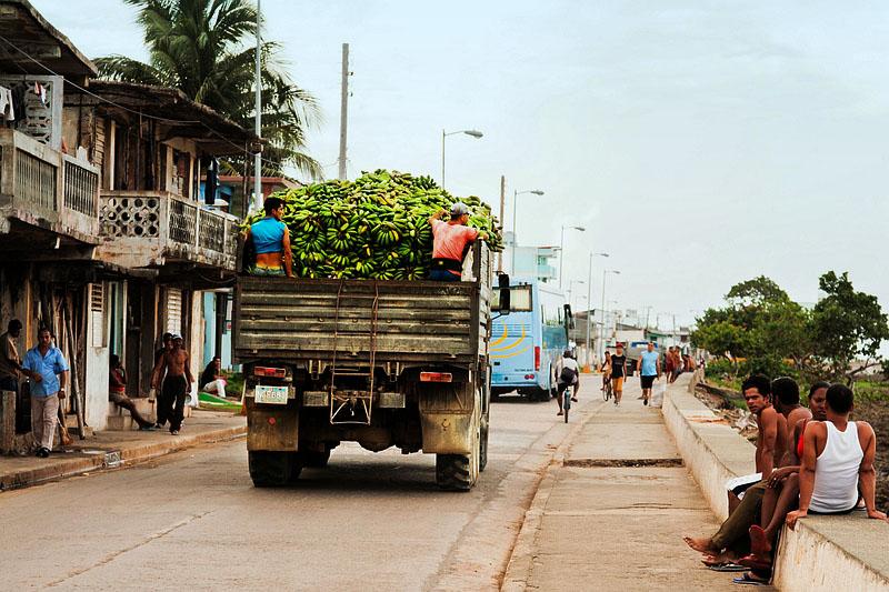 На улице городка Баракоа / Фото с Кубы