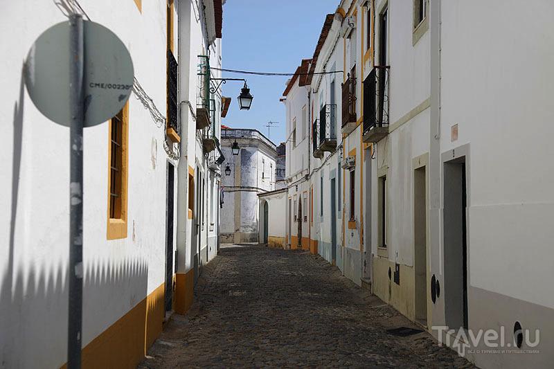 Пустынные узкие улочки типичны для Эворы / Фото из Португалии
