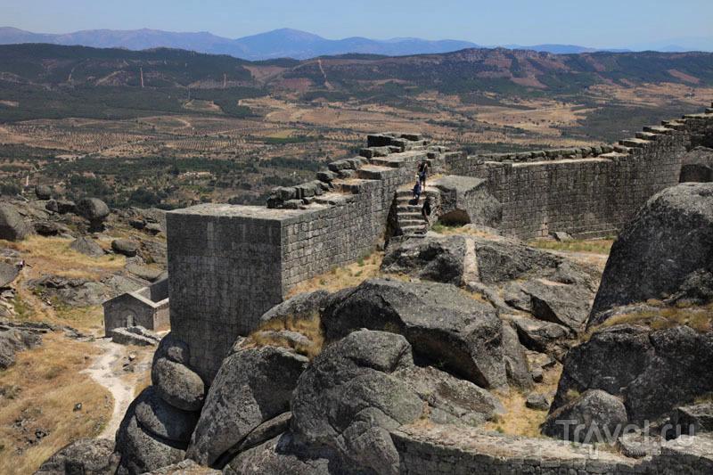 Крепостные стены на вершине горы, Монсанту / Фото из Португалии