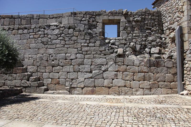 Старинные стены Пенамакора / Фото из Португалии