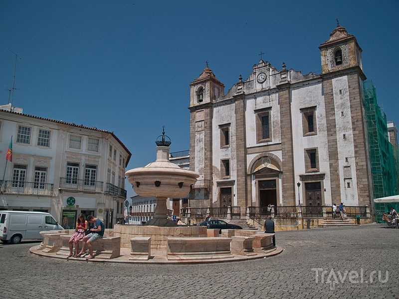 Фонтан и церковь на Praça do Geraldo, Эвора / Фото из Португалии