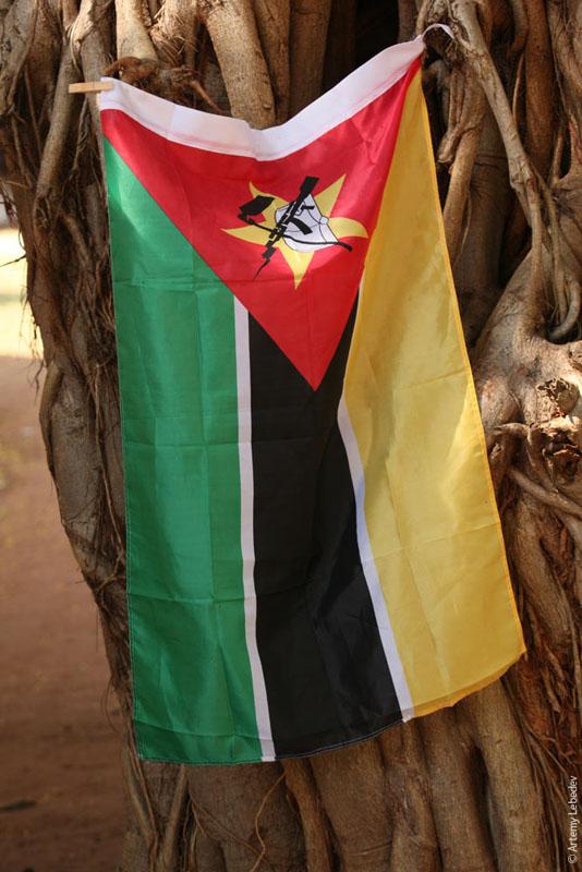 Флаг Мозамбика / Фото из Мозамбика