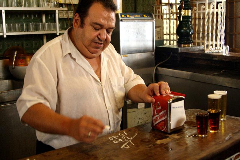 Продавец в кабаке Antigua Casa de Guardia, Малага, Испания / Фото из Испании
