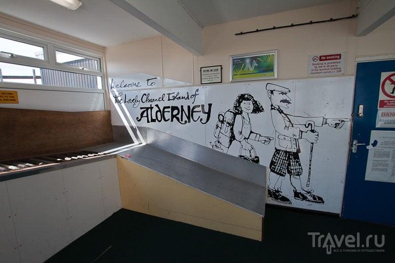 Зал выдачи багажа в аэропорту Олдерни / Фото из Великобритании