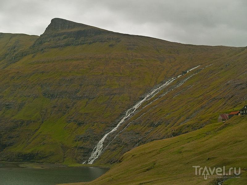Водопад во фьорде возле Саксуна / Фото с Фарерских островов
