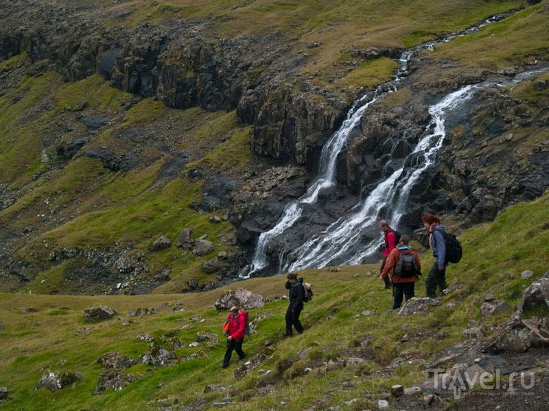Спуск к Тьёрнувигу на фоне природных красот / Фото с Фарерских островов