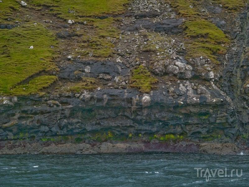 Разноцветный берег - типичен для Фарерских островов / Фото с Фарерских островов