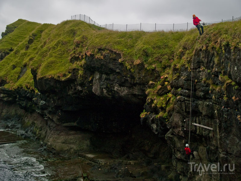Спуск на веревке в каньон в Гьоугве / Фото с Фарерских островов