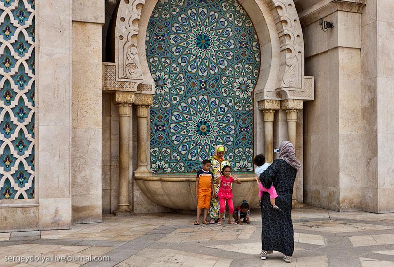 У мечети Хасана Второго в Касабланке, Марокко / Фото из Марокко