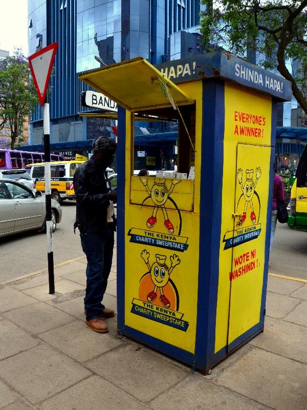 Ларек для продажи лотерейных билетов в Найроби, Кения / Фото из Кении