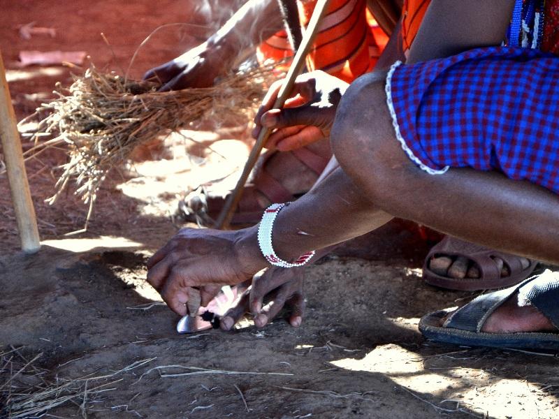 Ритуал разжигания огня в племени масаев, Кения / Фото из Кении
