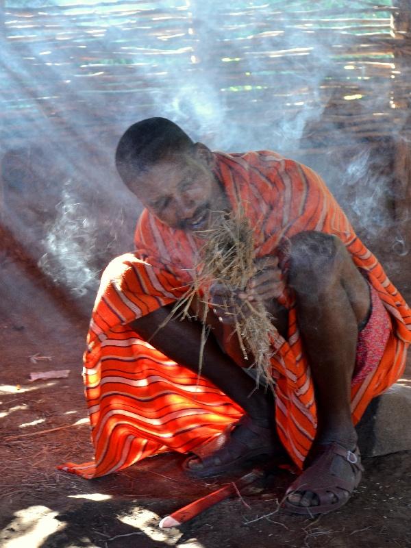 Разжигание огня масаями / Фото из Кении