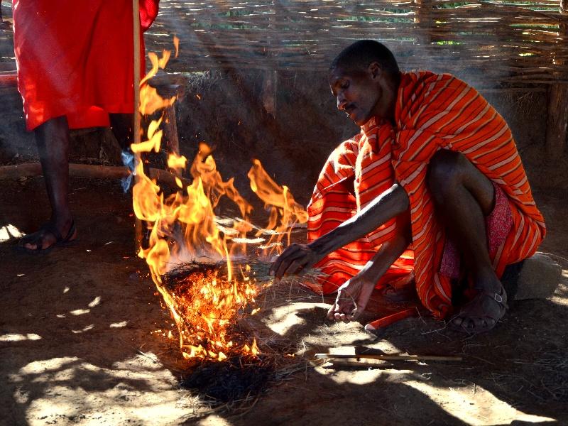 Разжигание огня трением / Фото из Кении