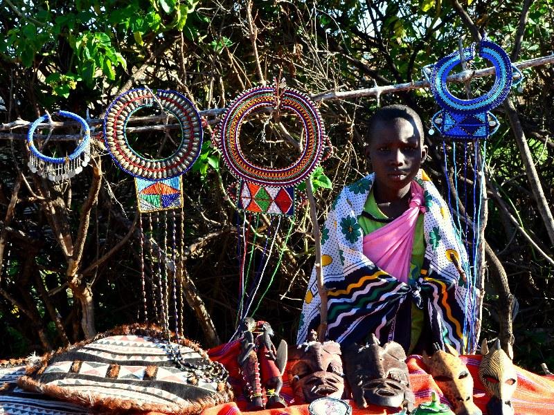 Сувениры на рынке в деревне масаев / Фото из Кении