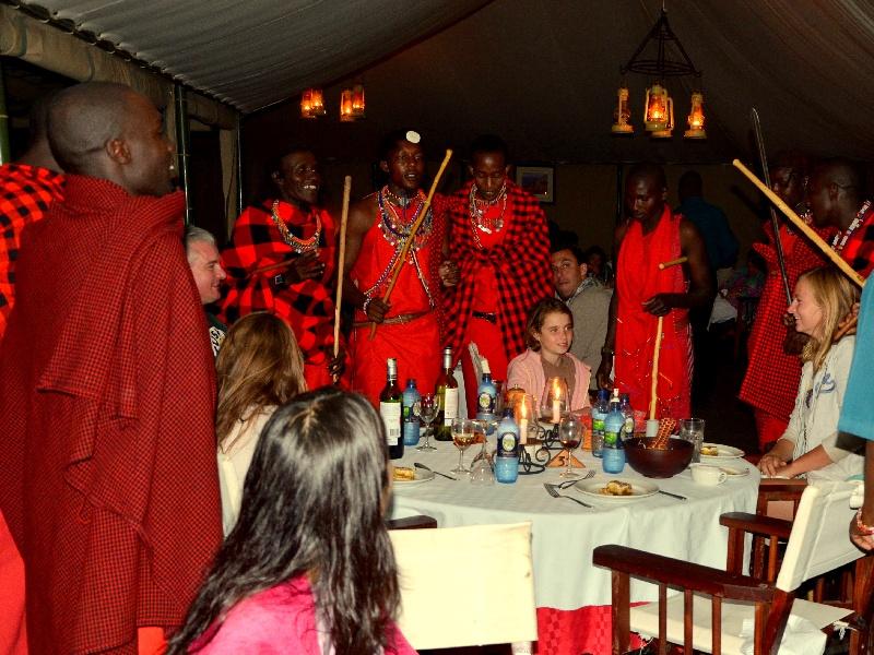 Шоу масаев в ресторане, Кения / Фото из Кении