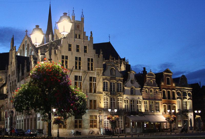 Площадь Grote Markt  в Мехелене вечером / Фото из Бельгии
