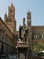 Памятник перед собором / Италия