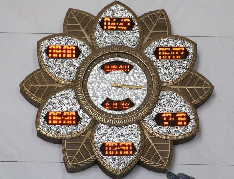 Табло, рассказывающее верующим о расписании молитв / Фото из ОАЭ