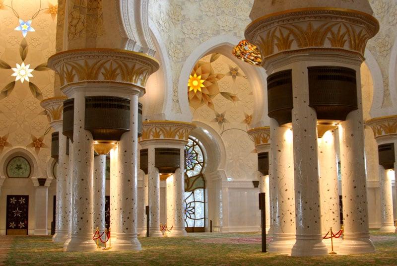 Главный молельный зал мечети шейха Зайеда в Абу-Даби / Фото из ОАЭ