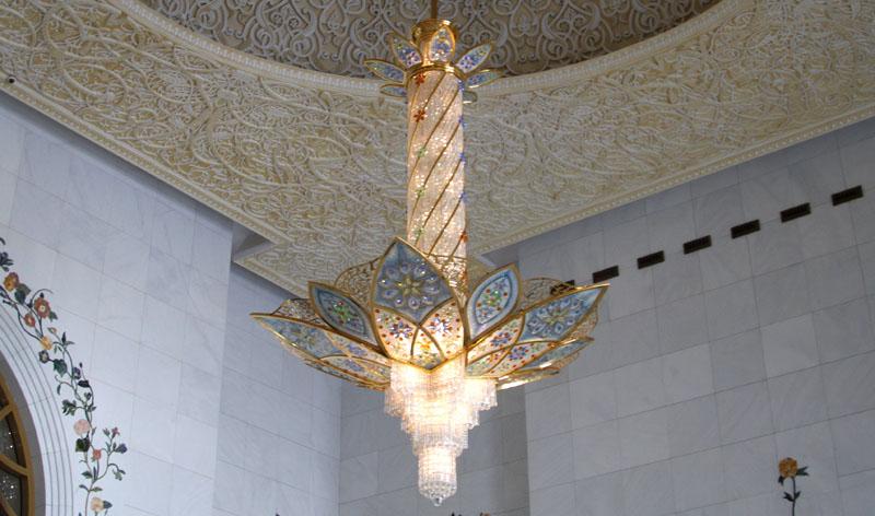 Люстра в одном из залов мечети шейха Зайеда, Абу-Даби / Фото из ОАЭ
