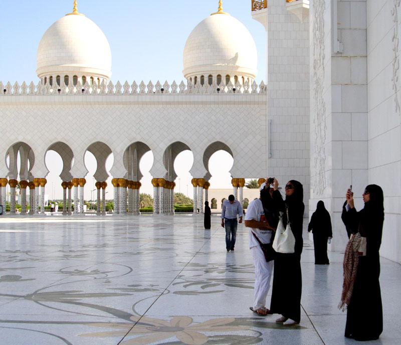 Европейские туристки в мечети шейха Зайеда / Фото из ОАЭ
