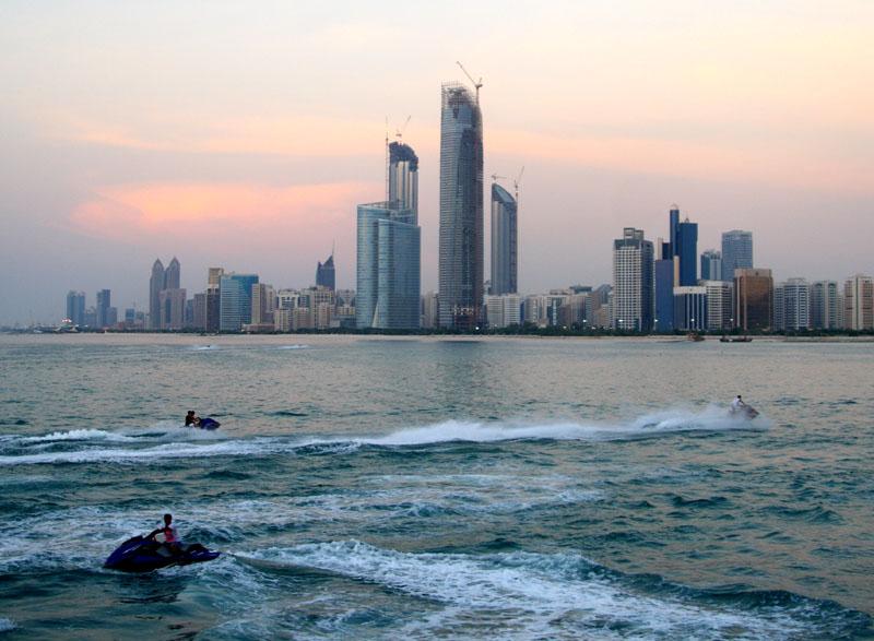 Катание на водных мотоциклах в гавани Абу-Даби на закате / Фото из ОАЭ