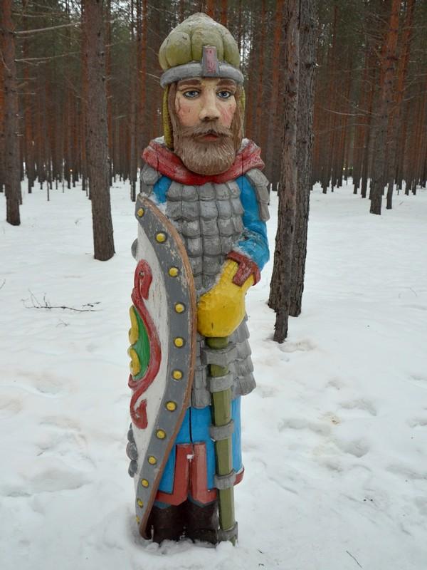 Одна из деревянных скульптур на Тропе сказок / Фото из России