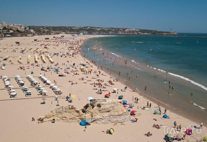Широкий пляж - место притяжения туристов в Алгарве / Фото из Португалии