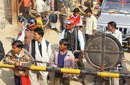 На железнодорожном переезде / Индия