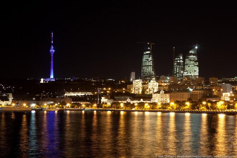 Башни Flame Towers в Баку ночью / Фото из Азербайджана