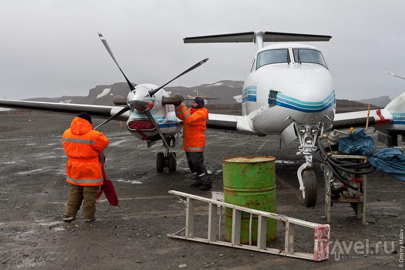 Техники в аэропорту Вилья-лас-Эстрельяс / Фото из Антарктики