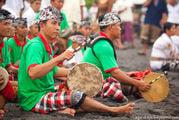 Барабанщики на песке / Индонезия