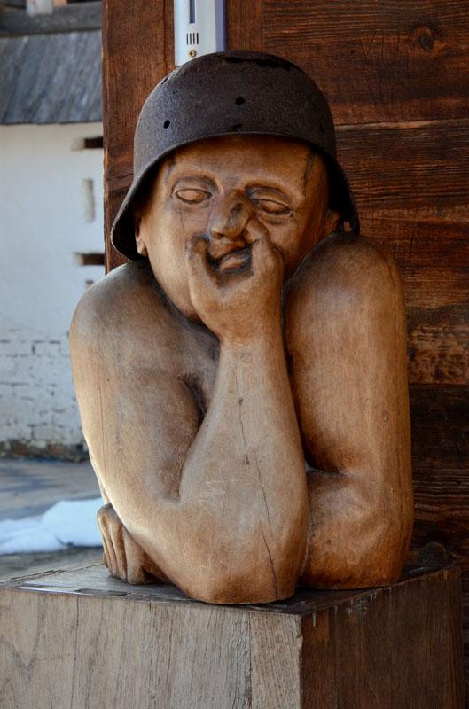 Деревянная скульптура в деревне Кюстендорф / Фото из Сербии