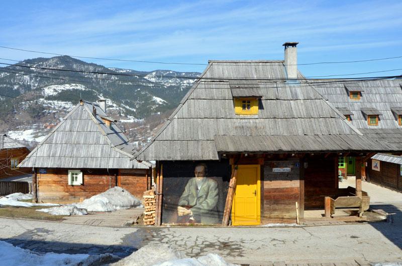 Портрет Достоевского на доме в деревне Кюстендорф, Сербия / Фото из Сербии