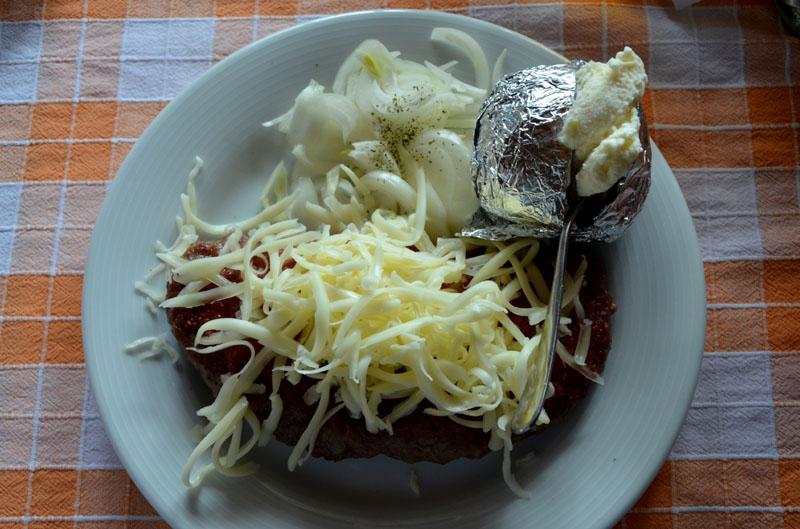 Сербское блюдо - плескавица / Фото из Сербии