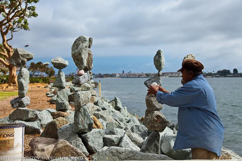 Колонны из камней в Сан-Диего / Фото из США