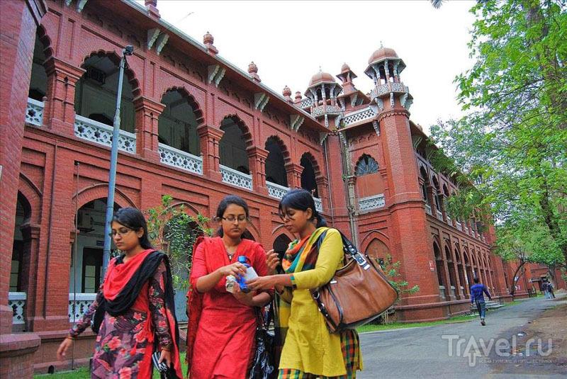 У Государственного университета Дакки / Фото из Бангладеш