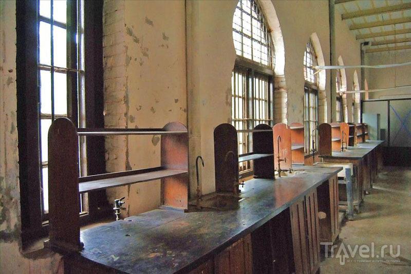 Столы в Государственном университете Дакки / Фото из Бангладеш