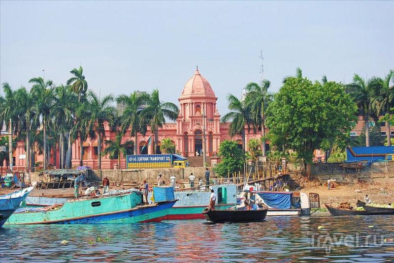 Вид на Розовый дворец в Дакке с реки / Фото из Бангладеш