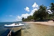 Лодка у пляжа / Фиджи