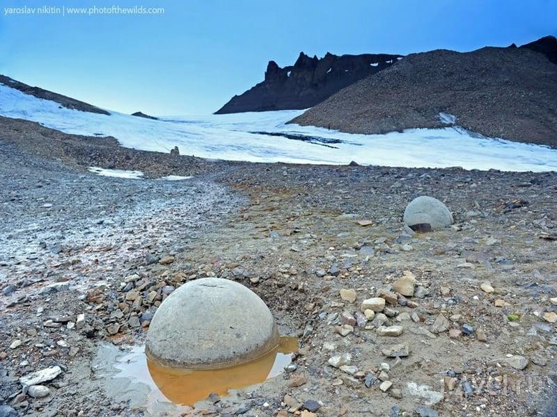 Круглые камни на острове Чампа / Россия