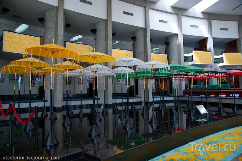 Зонтики знатных брунейцев в Музее королевских регалий Бандар-Сери-Бегавана, Бруней / Фото из Брунея